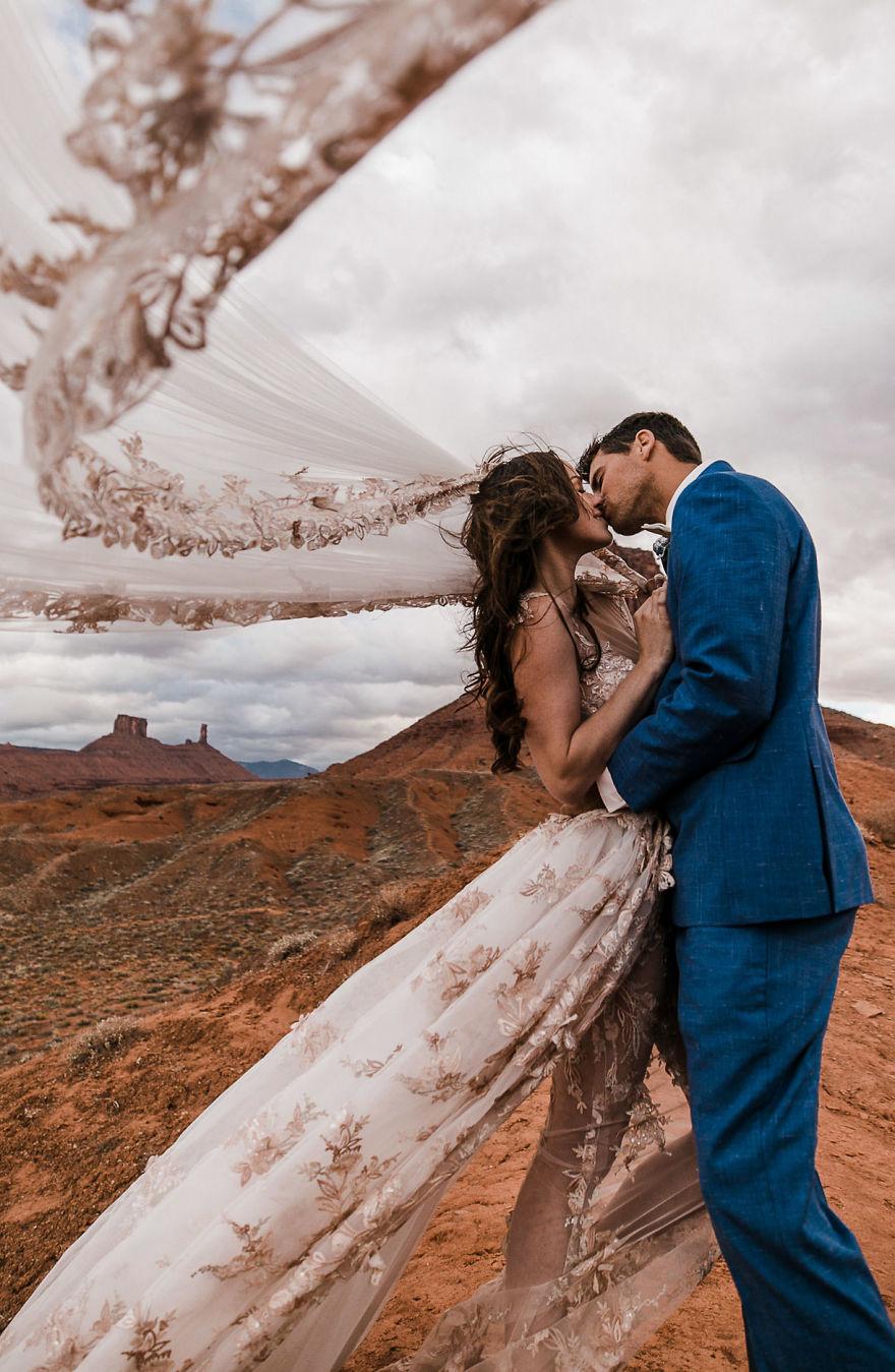 Para biorąca ślub nad przepaścią