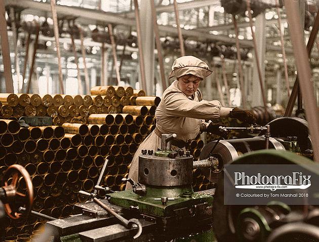 Kobieta przy pracy w fabryce