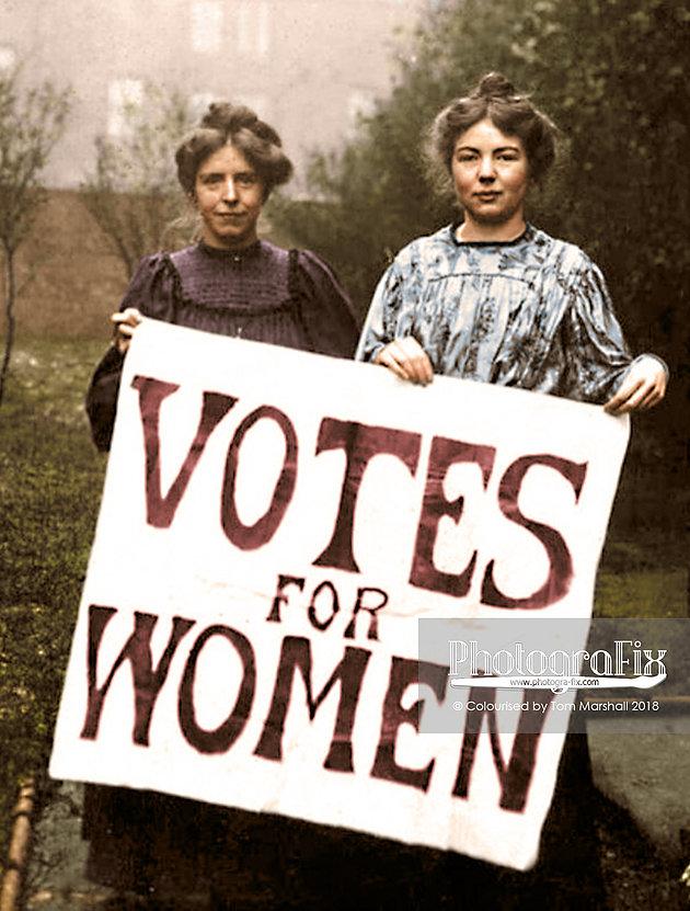 """Kobiety stojące z plakatem """"Votes For Women"""""""