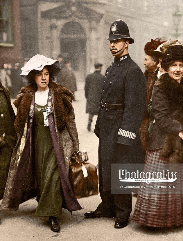 Kobieta z torbą przechodząca obok funkcjonariusza policji