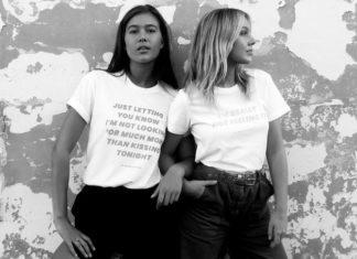 Czarno-białe zdjęcie przedstawiające dwie dziewczyny w koszulkach