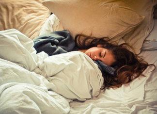 Dziewczyna śpiąca w łóżku