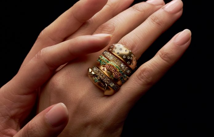 Pierścionek na dłoni w kształcie Big Maca