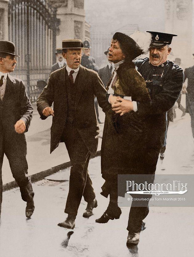 Kobieta trzymana przez policjanta