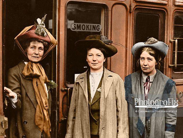 Trzy kobiety stojące na ulicy