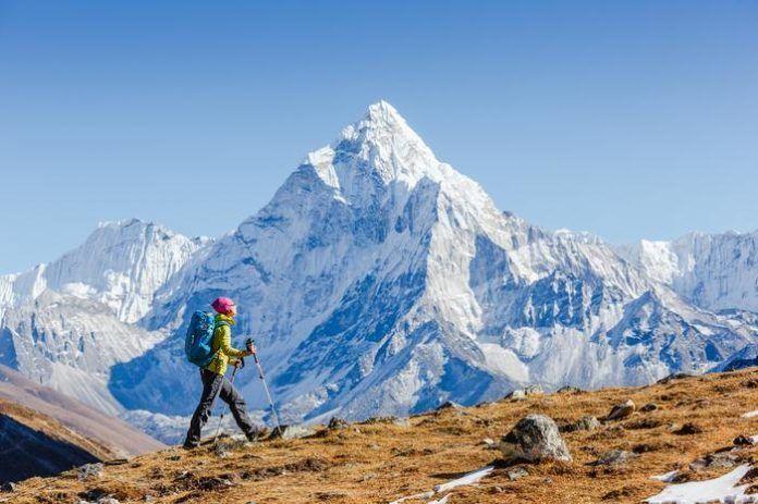Człowiek na tle olbrzymiej góry