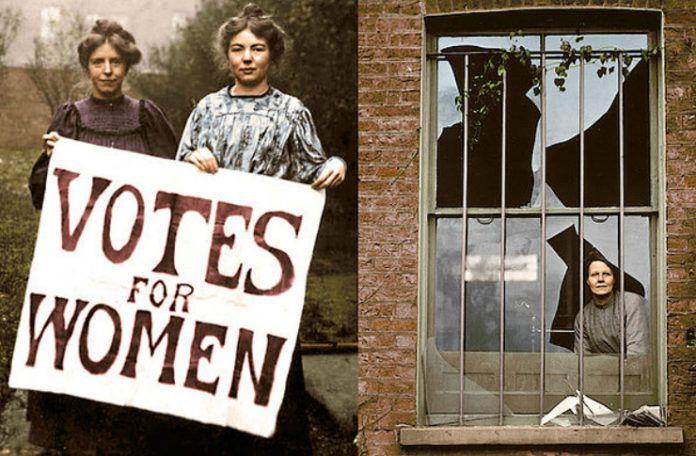 Dwie kobiety trzymające kartkę i kobieta za potłuczonym oknem