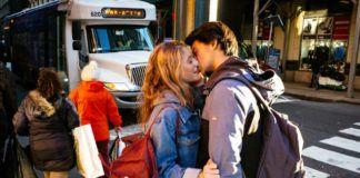 Całująca się para na ulicy