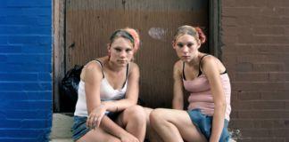 Dwie dziewczyny siedzące na schodach