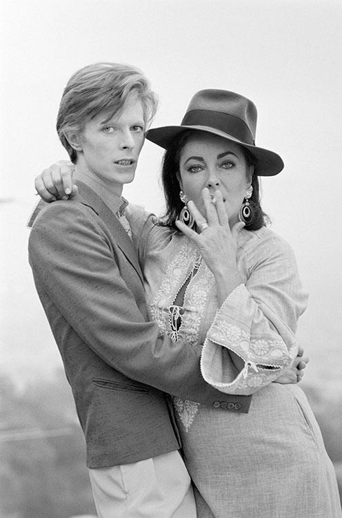 Czarno-białe zdjęcie kobiety i mężczyzny palących papierosa