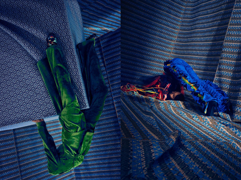 Zdjecie jest polaczone z dwoch innych zdjec za tlo robia niebieskie wzorzyste tkaniny ktore przytwierdzone do sciany na obu zdjeciach widac modelki wygiete w nienaturalnych pozach