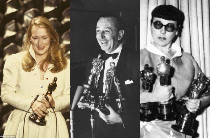 Trzy osoby trzymające w dłoniach statuetki Oscarów