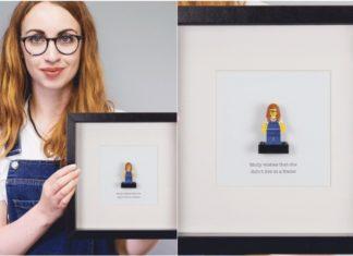 Dziewczyna stojąca z ramką ze swoją własną podobizną lego