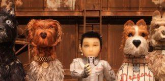 4 psy i człowiek na drewnianym tle