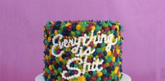 Kolorowy tort na fioletowym tle
