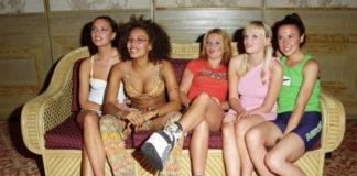 Dziewczyny siedzące na kanapie