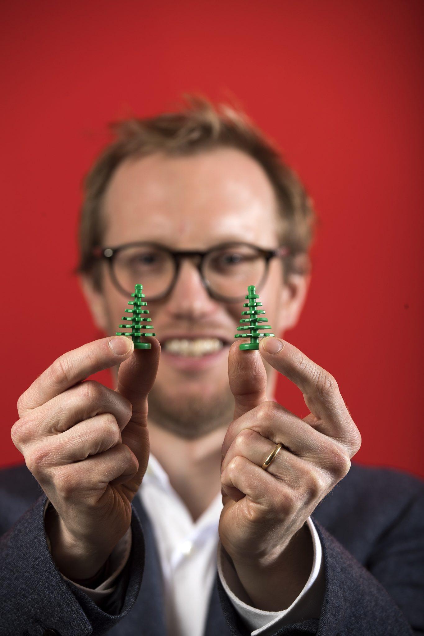 Mężczyzna z klockami lego w dłoniach