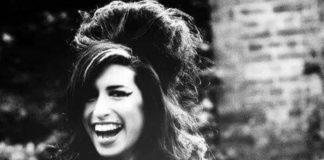 Czarno-białe zdjęcie uśmiechniętej dziewczyny