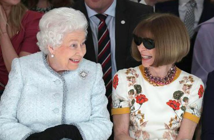 Dwie kobiety siedzące w pierwszym rzędzie na pokazie mody
