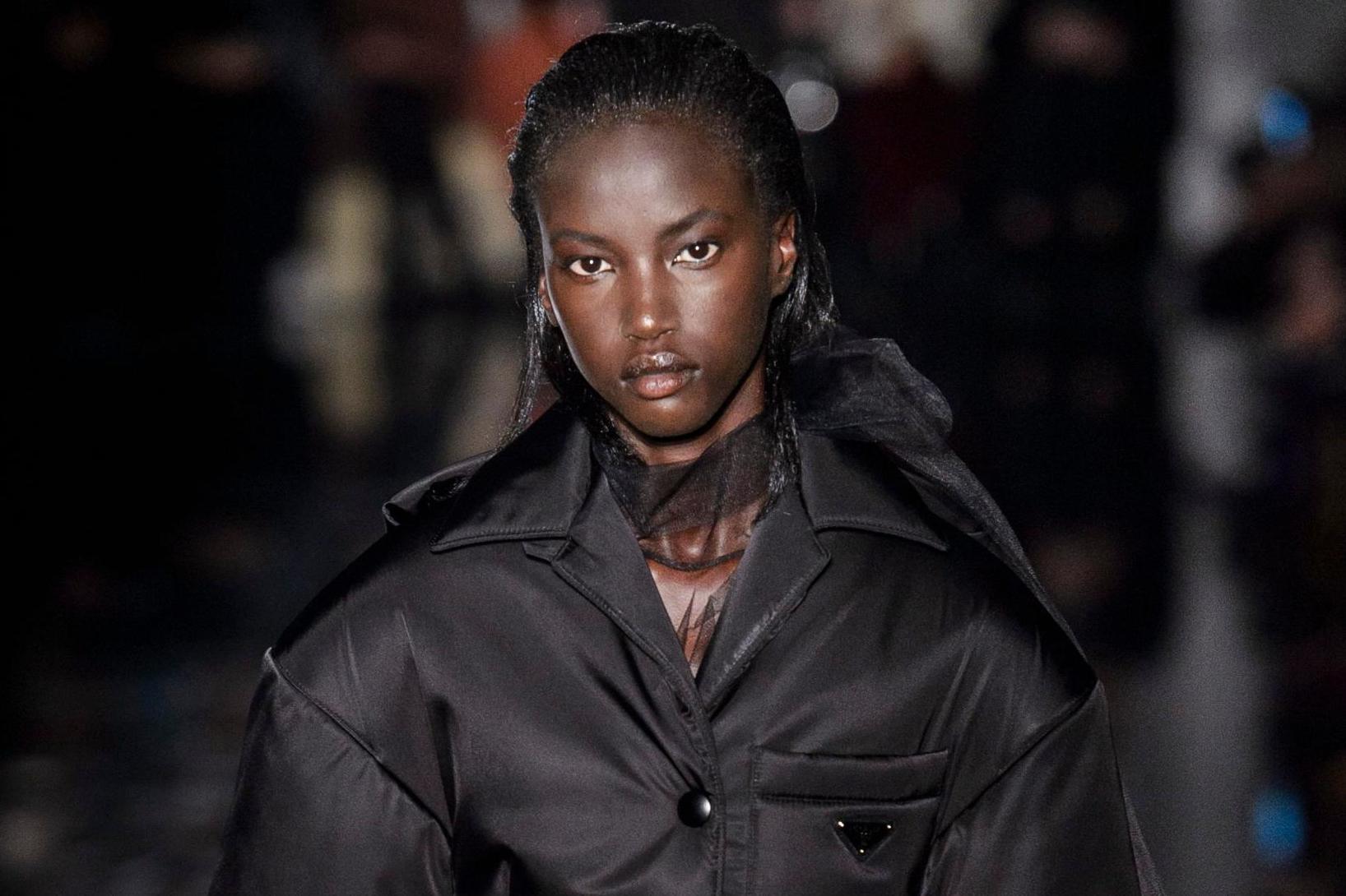 Czarnoskóra kobieta o czarnych włosach nosząca czarną puchową kurtkę