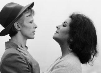 Czarno-białe zdjęcie kobiety i mężczyzny patrzących na siebie