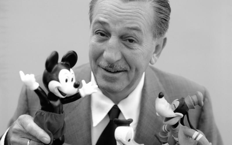 Walt Disney bawiący się maskotkami Myszki Miki i Goofy'ego