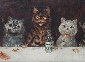 Zdjecie przestawia piec kotow siedzacych przy stole pijacych alkohol z butelek i palacych papierosy