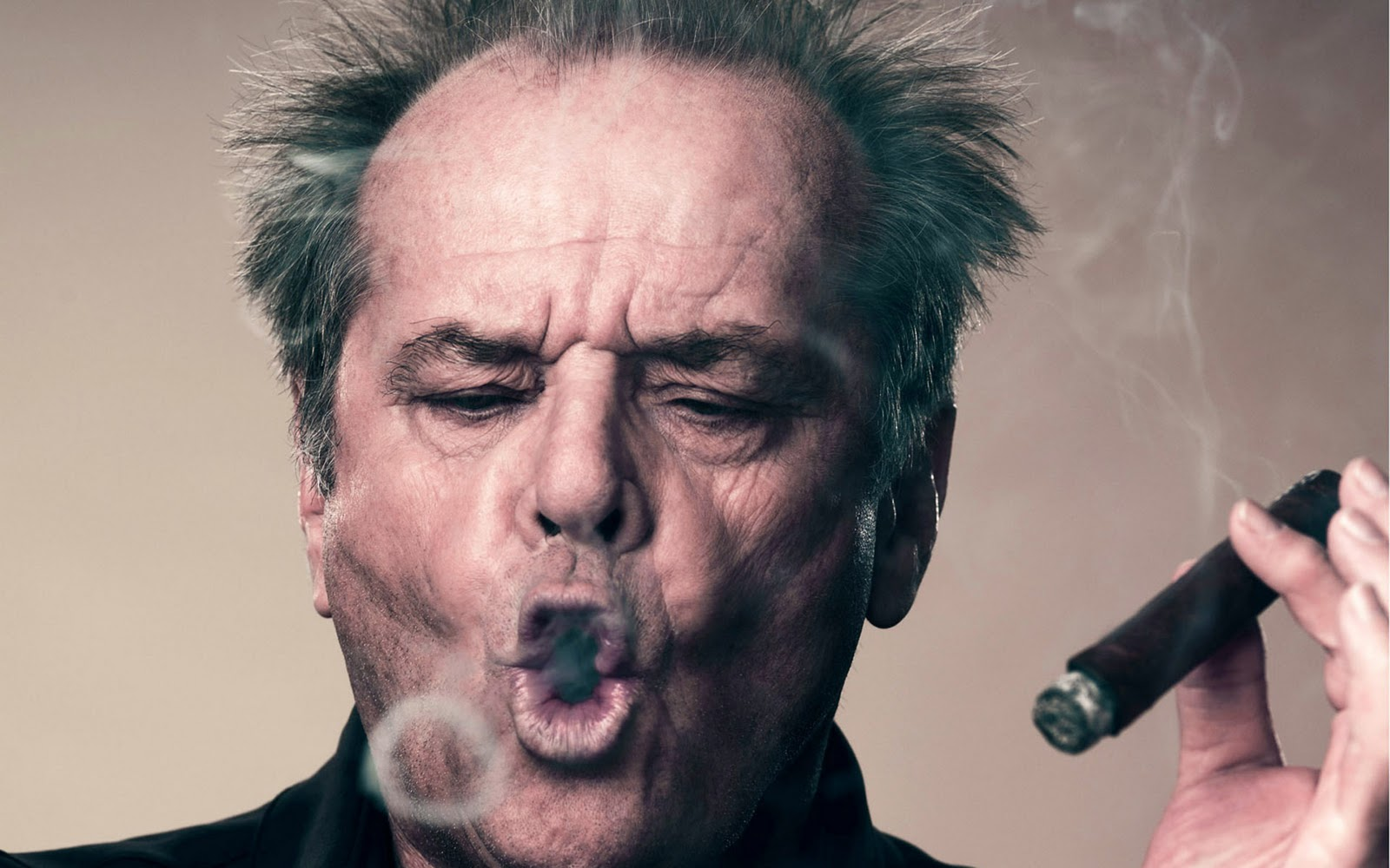 Aktor Jack Nicholson trzymający cygaro i puszczający kółka z dymu