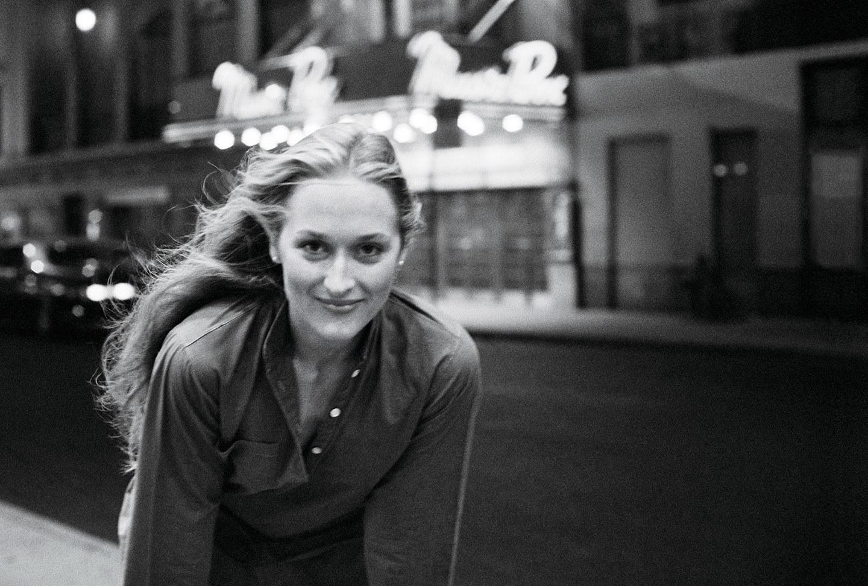 Aktorka Meryl Streep na ulicy; czarno-biała fotografia