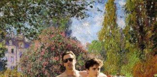 Dojrzały mężczyzna rozmasowuje bark nastoletniemu Włochowi na tle impresji Moneta.