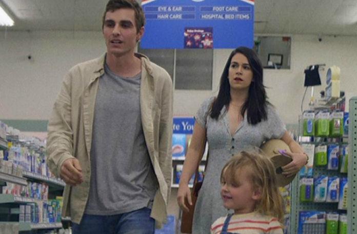Mężczyzna, kobieta i dziecko w supermarkecie