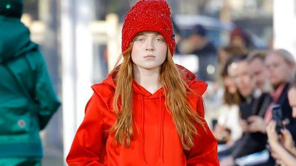 ruda długowłosa dziewczynka o bardzo jasnej skórze mająca na sobie czerwoną kurtkę i czapkę