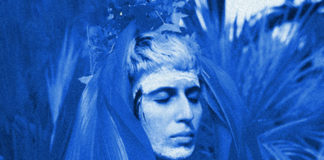 Niebieskie zdjęcie przedstawiające kobietę z zamkniętymi oczami
