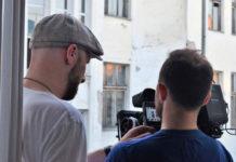 Dwóch mężczyzn przy kamerze