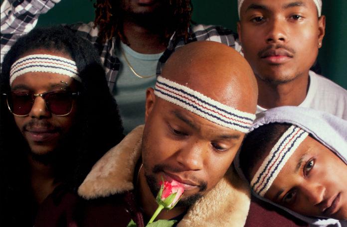 Grupa czarnoskórych ludzi, jeden z nich ma przy ustach kwiat róży