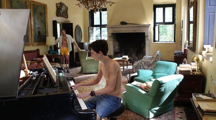 Nastoletni, włoski chłopiec gra na pianinie w salonie
