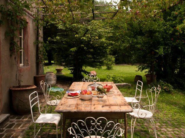 Widok na ogród ze stołem i krzesłami