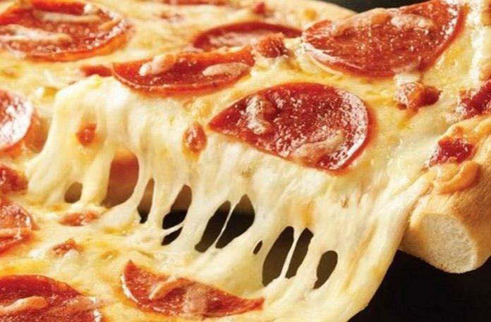 Kawałek pizzy z ciągnącym się serem