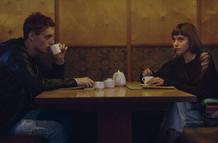 Chłopak i dziewczyna siedzący przy stoliku
