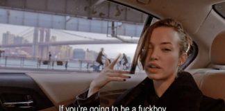 Kobieta siedząca w taksówce