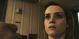 Przerażona dziewczyna patrząca na kogoś