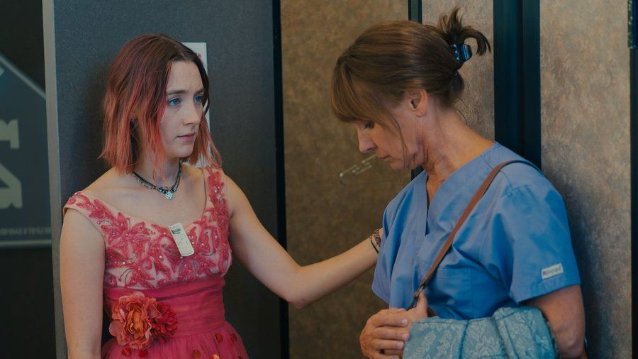 Nastolatka przymierza z mamą różową sukienkę przed szkolnym balem