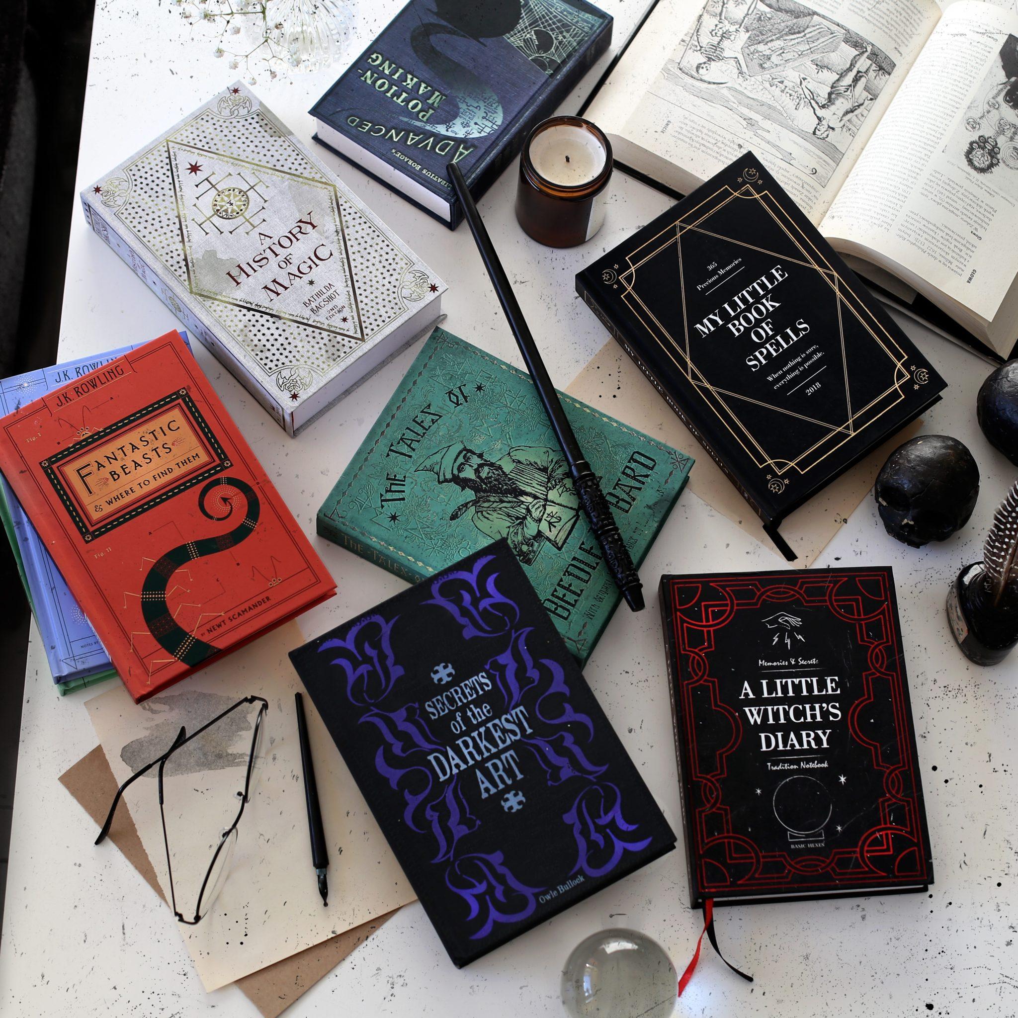 Na zdjeciu widzimy ksiazki Harrego Pottera oraz kalendarz wszystko na bialym stole