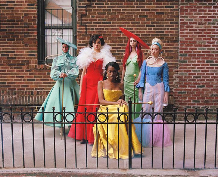 Pięc kobiet przebranych za książniczki Disneya