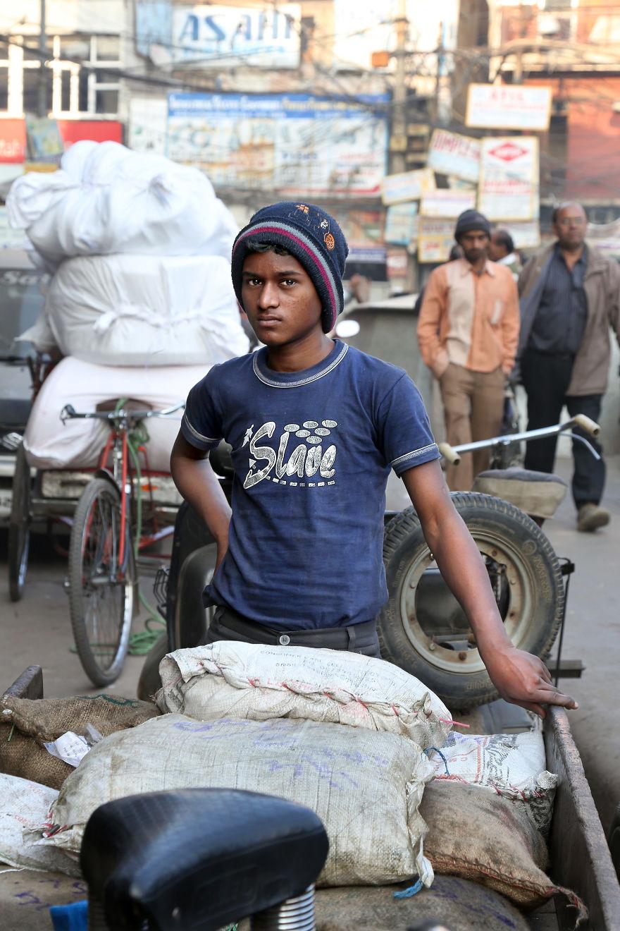 Chłopak ubrany w koszulkę z napisem