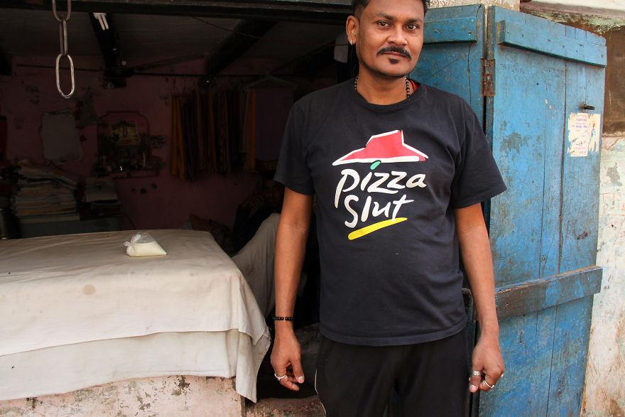 Mężczyzna ubrany w koszulkę z napisem Pizza Slut