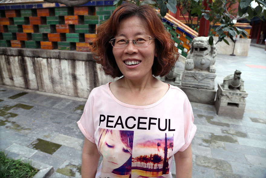Kobieta ubrana w koszulkę z napisem PEACEFUL