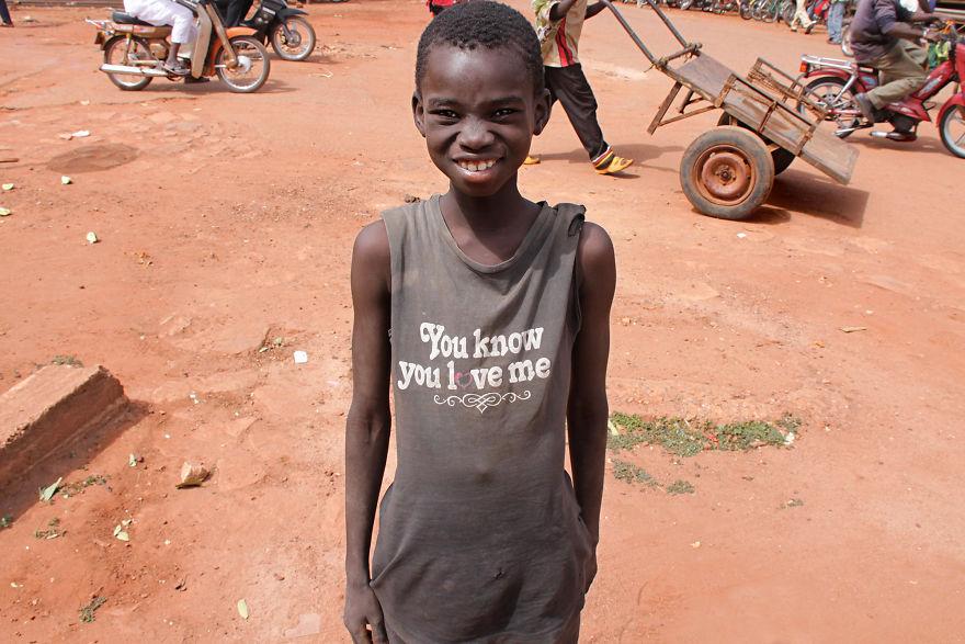 Czarnoskóry chłopiec ubrany w koszulkę z napisem