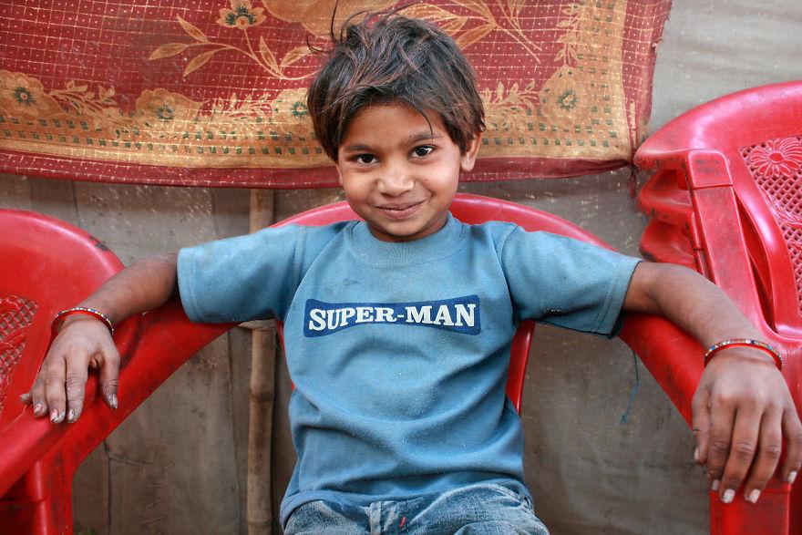 Chłopiec ubrany w niebieską koszulkę z napisem