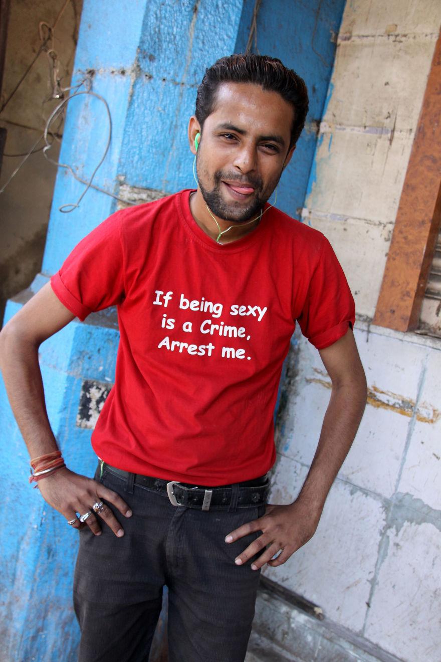 Mężczyzna w czerwonej koszulce z napisem